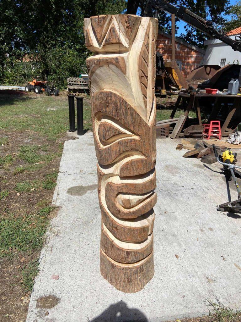 Un totem réalisé par l'Arbre Heureux, entreprise spécialisée en élagage et démontage à Sanguinet